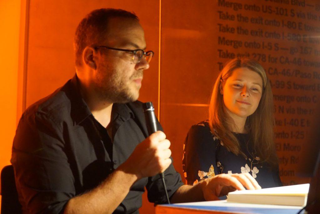Arno-Frank liest, ich moderieren und Gerard Otremba von soundsandooks.com hat ein Foto davon gemacht.